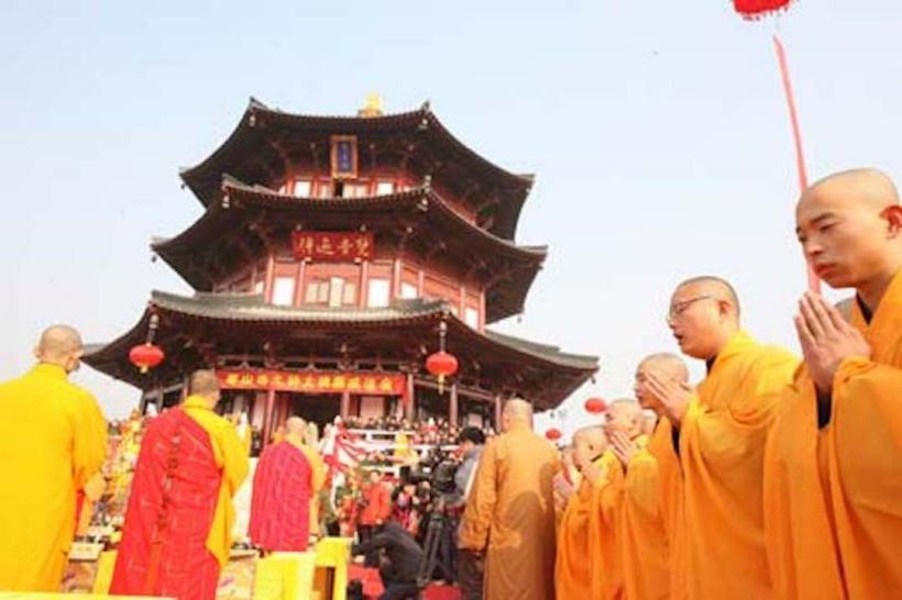 Bell Ringing at Hanshan-Temple in Suzhou, China.jpg